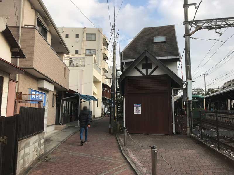 江ノ電のホームの裏側にある小路