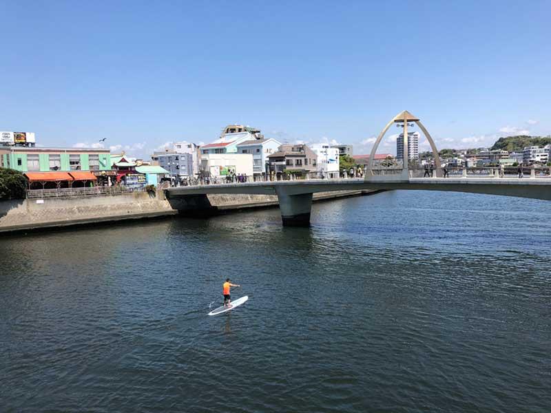 片瀬江ノ島駅の前にある橋を渡って