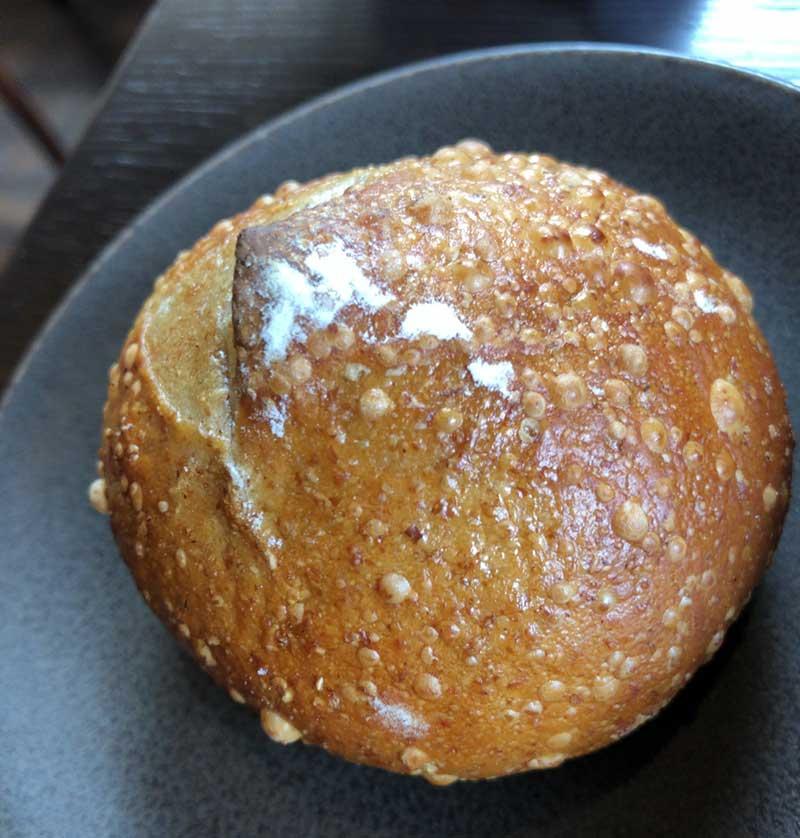 パリッと香ばしい焼き立ての自家製ライ麦パン