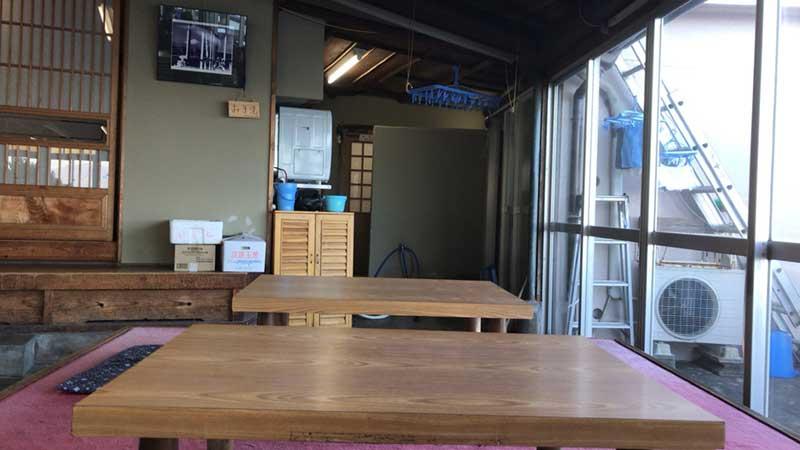 窓際のテーブル席も広々ゆったり