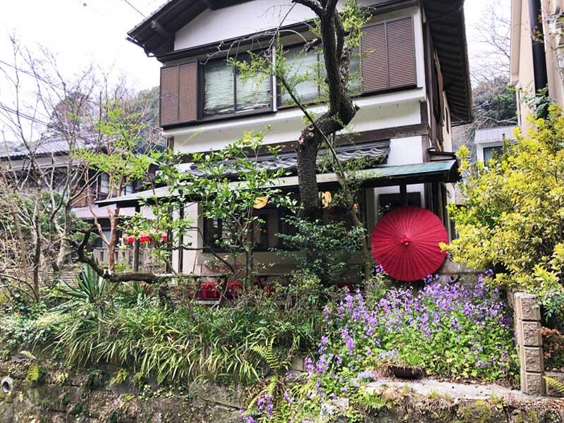 風景になじむ古民家風のお茶屋さんやカフェが多い