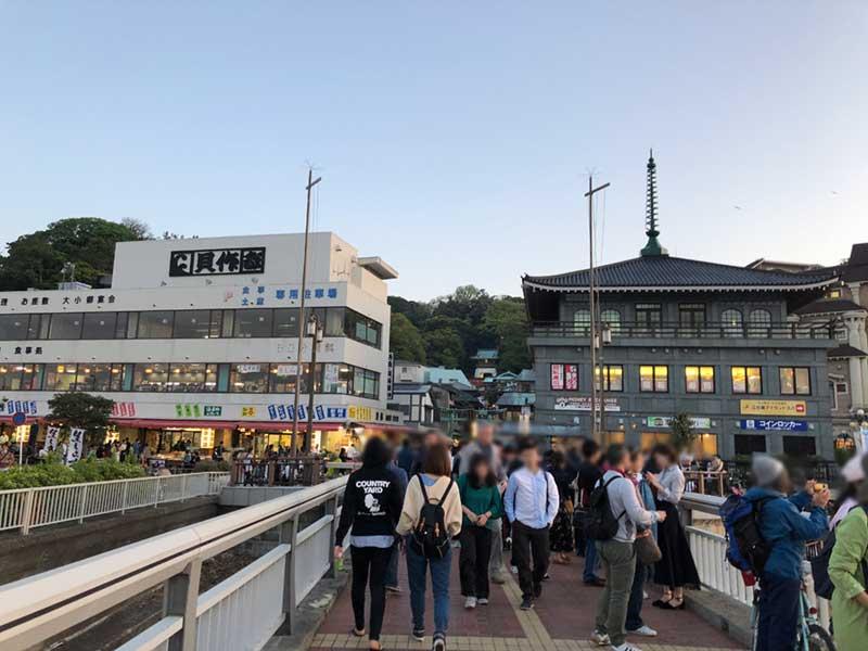 江ノ島ではかなり厚着の人もいます