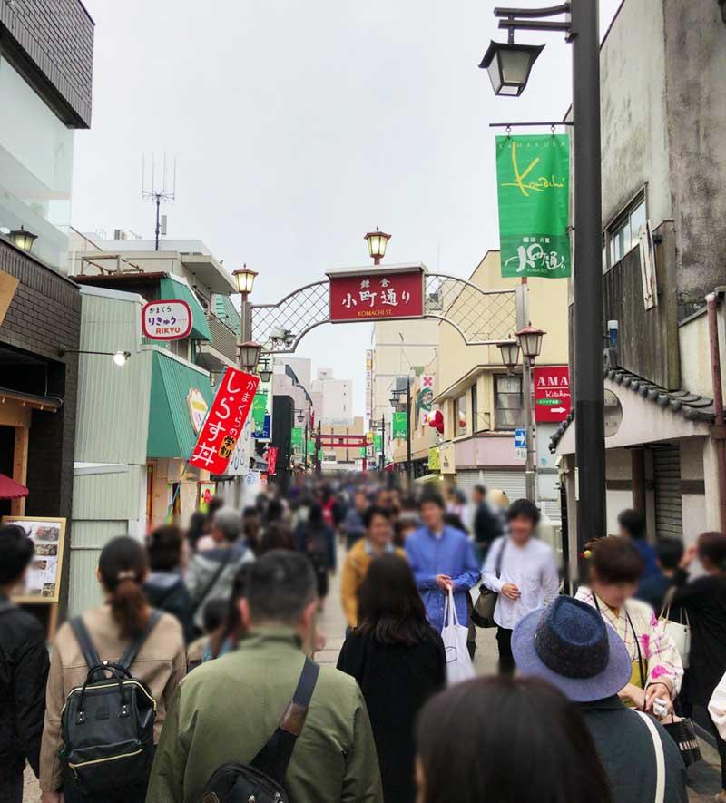 鎌倉の小町通りは若い観光客でいつでも激混み!
