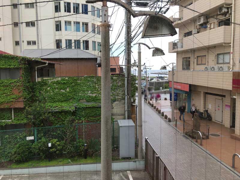 2階の窓からスバナ通りを眺めつつ
