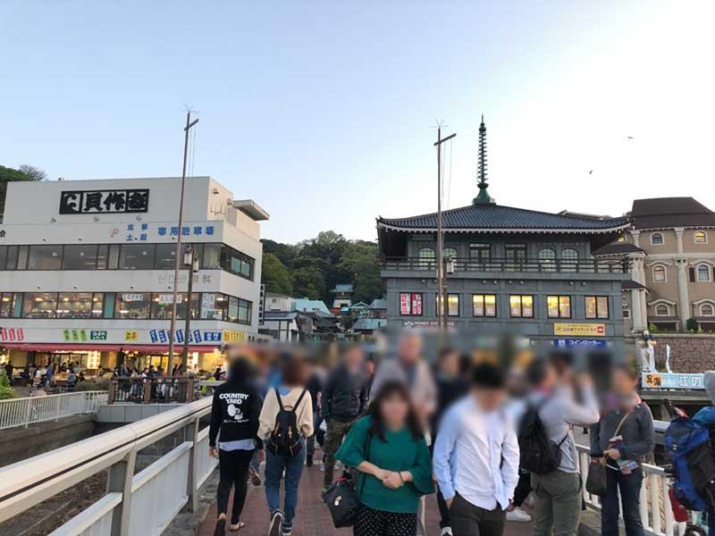 橋を渡ってすぐの江ノ島の入口