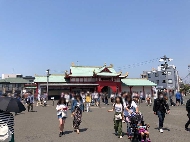 4月の片瀬江ノ島駅はもう観光客でいっぱい