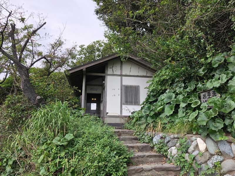 中は意外と綺麗な稲村ケ崎公園のトイレ