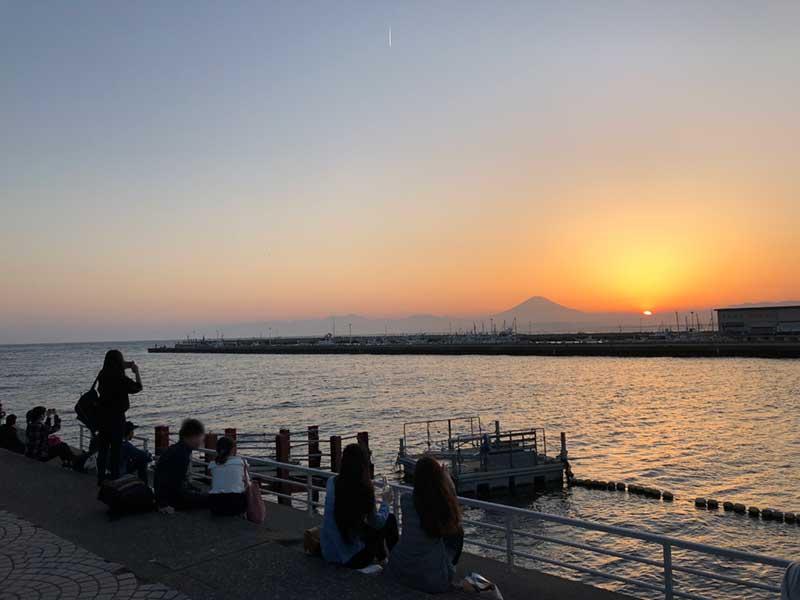 ずらりと並んで富士と沈む夕日にウットリ