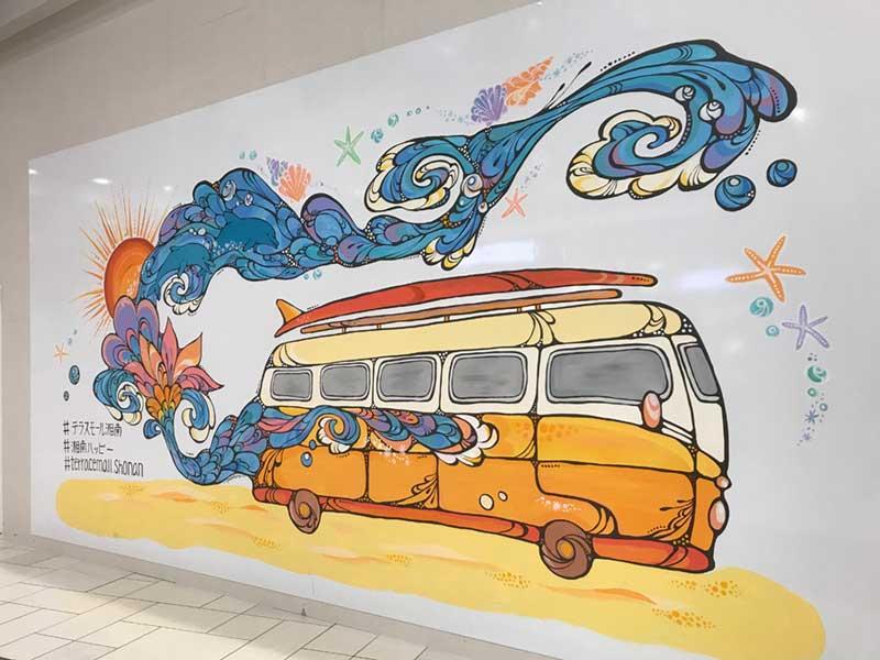 湘南らしいサーフボードを積んだワゴンの巨大絵画