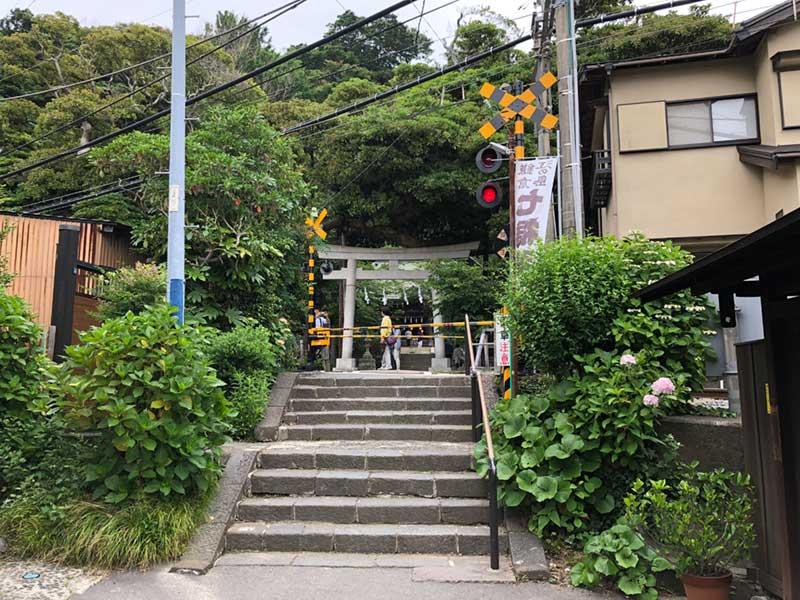 江ノ電の線路をまたぐとすぐ御霊神社
