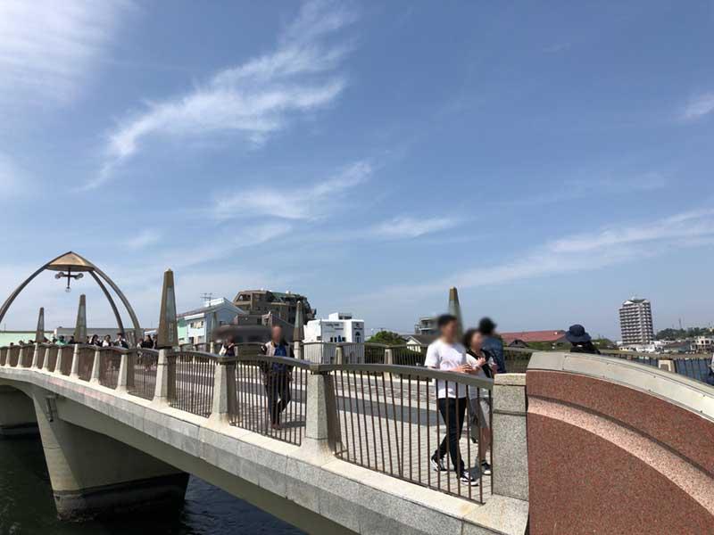 橋も人が多い