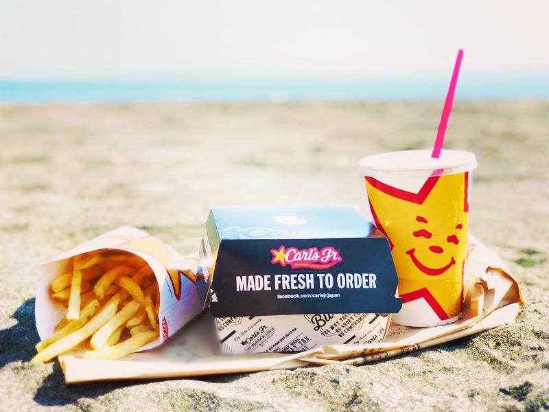海辺で食べるカールスジュニアセット