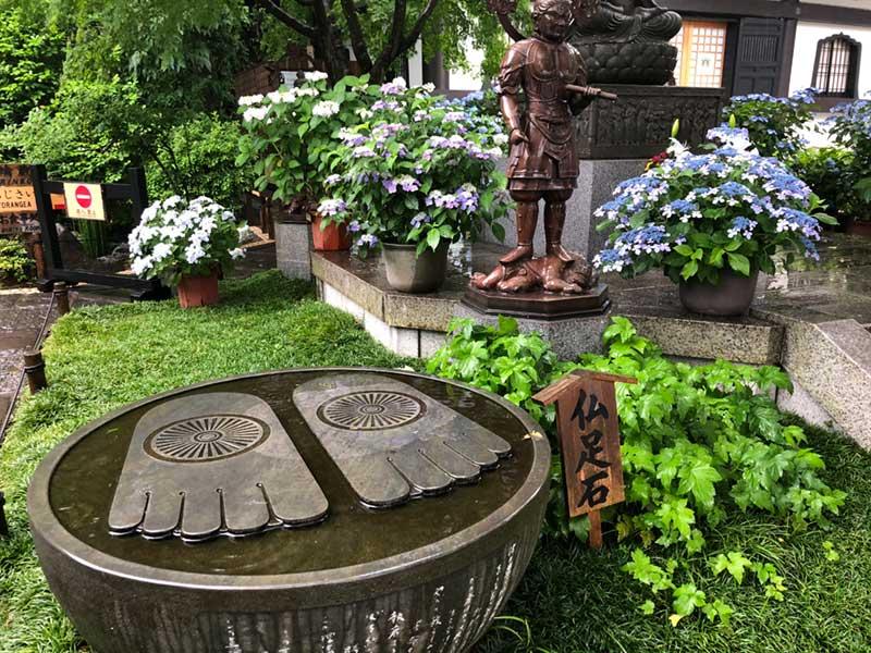 大きな仏足石