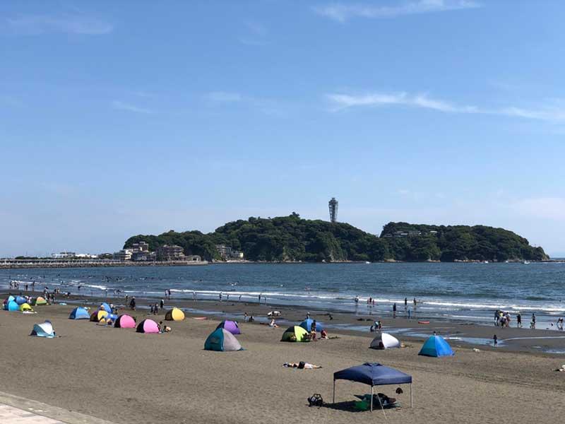鵠沼海岸も小型テントがいっぱい