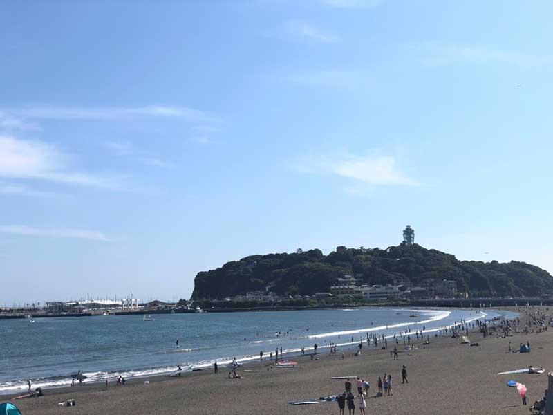 江ノ島寄りの東浜は混んでいますが