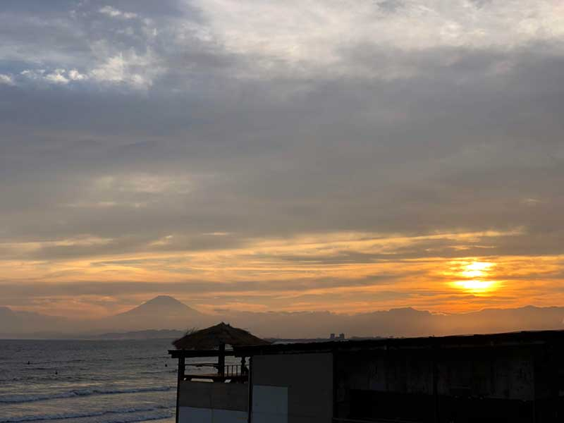 富士と夕日と海の家
