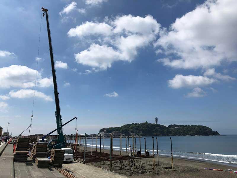 江ノ島とクレーン車