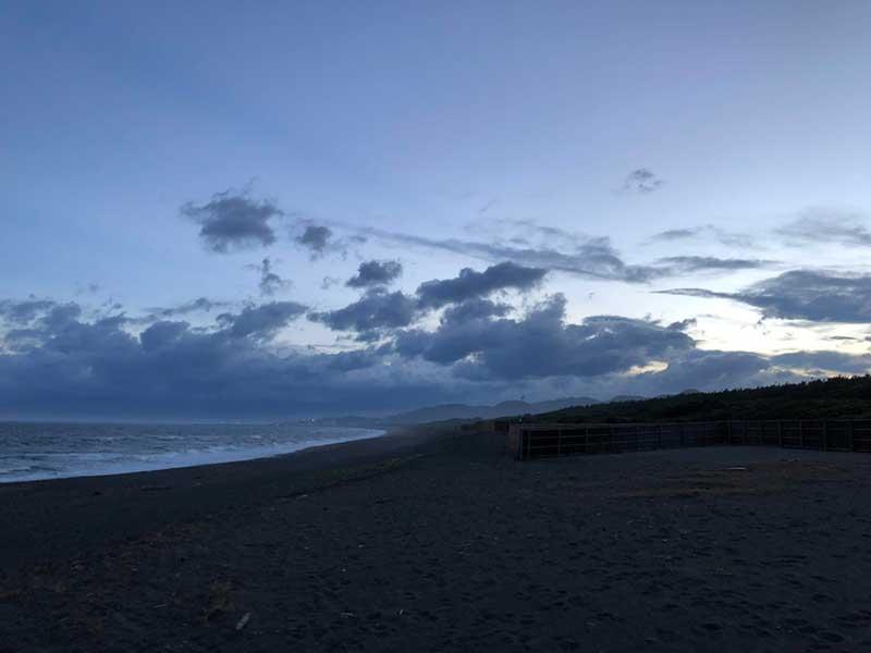 大磯側の砂浜にも誰もいない
