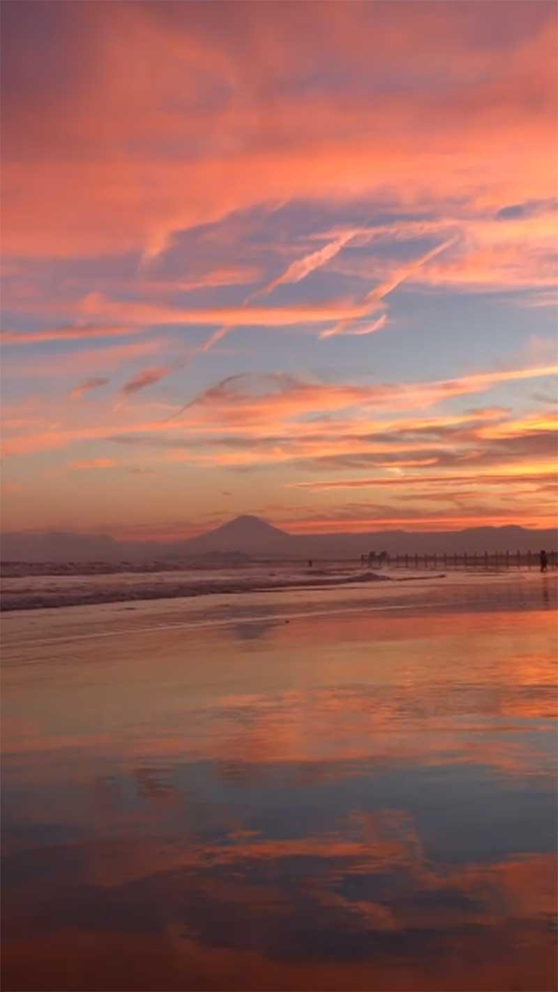 赤く染まった江ノ島の空を縦長でもパチリ