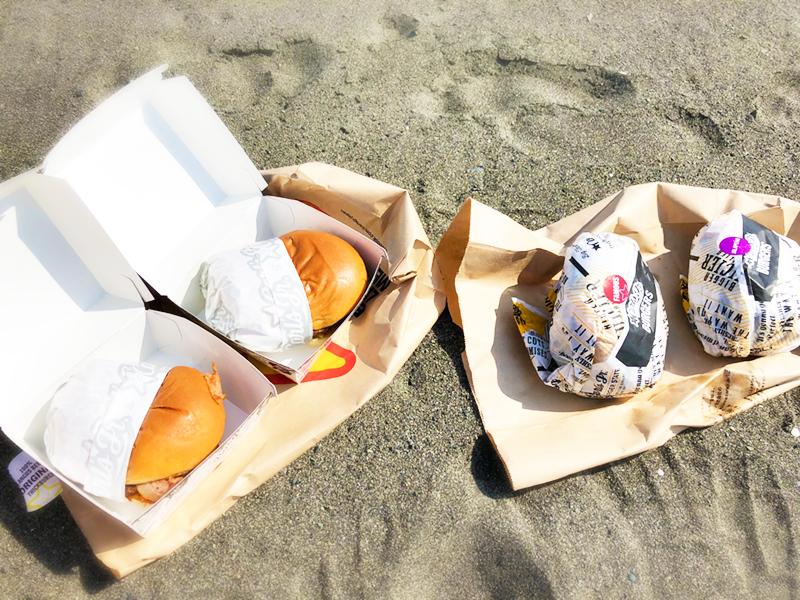 浜辺にバーガーを並べる