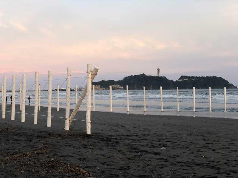 白いポールと江ノ島