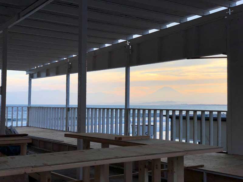 海の家越しに見える富士山