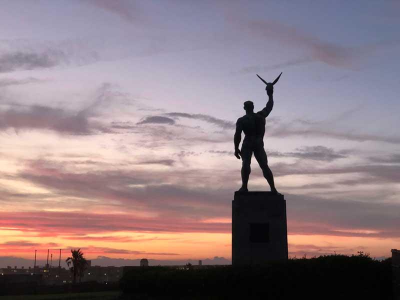 像のシルエットと赤い空