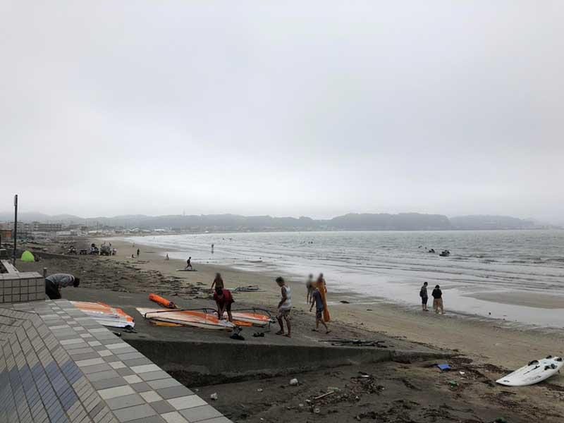 ウィンドサーフィンを楽しむ人がたくさん