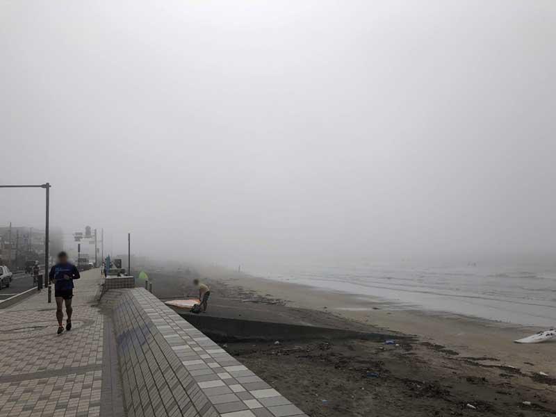 鎌倉の海一帯が霧に包まれています
