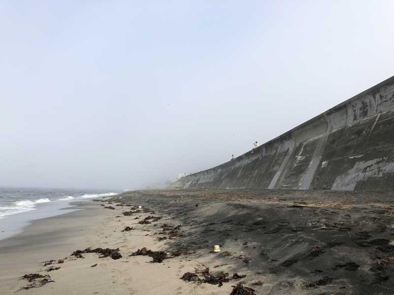 濃い霧に包まれた七里ガ浜海岸
