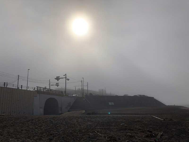 霧の間から日が射してきた