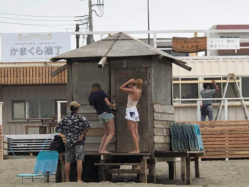 準備に追われる海の家