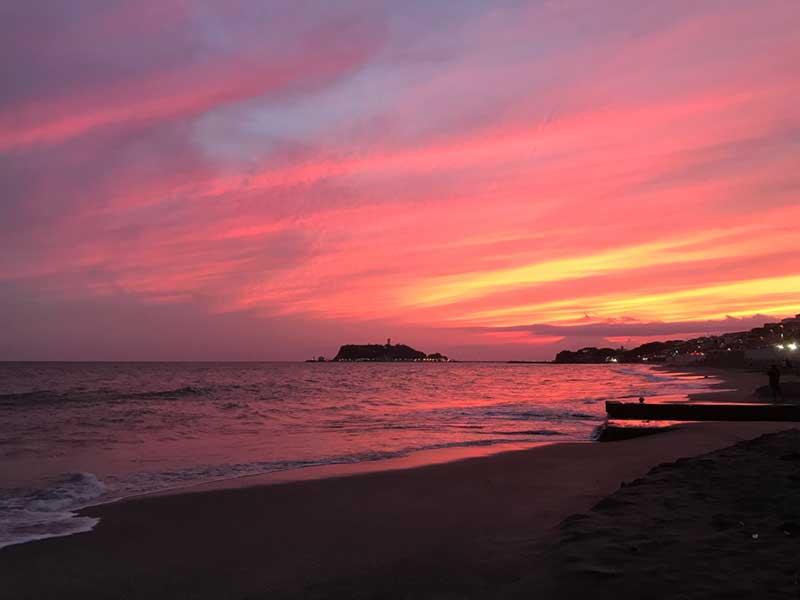 燃えるような夕日と江ノ島