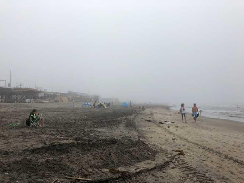 霧で包まれた由比ガ浜ビーチ