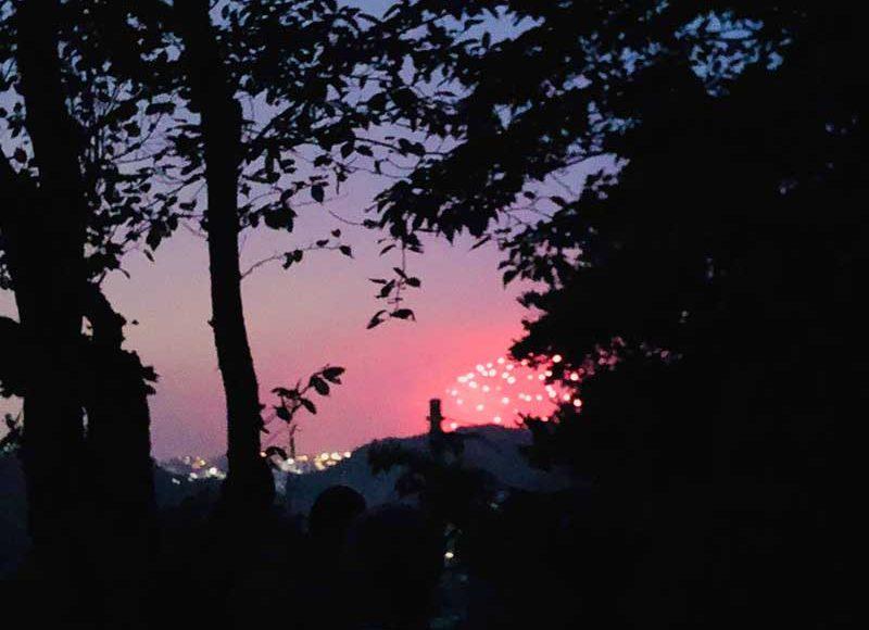 【鎌倉花火大会・穴場の失敗談】源氏山公園の海見えスポットは狭くて遠くて何も見えず!普通に海岸で見ればよかった!