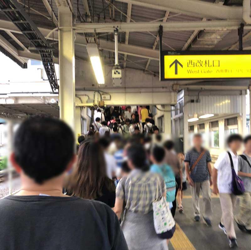 平塚駅のホームはぎゅうぎゅうの混雑