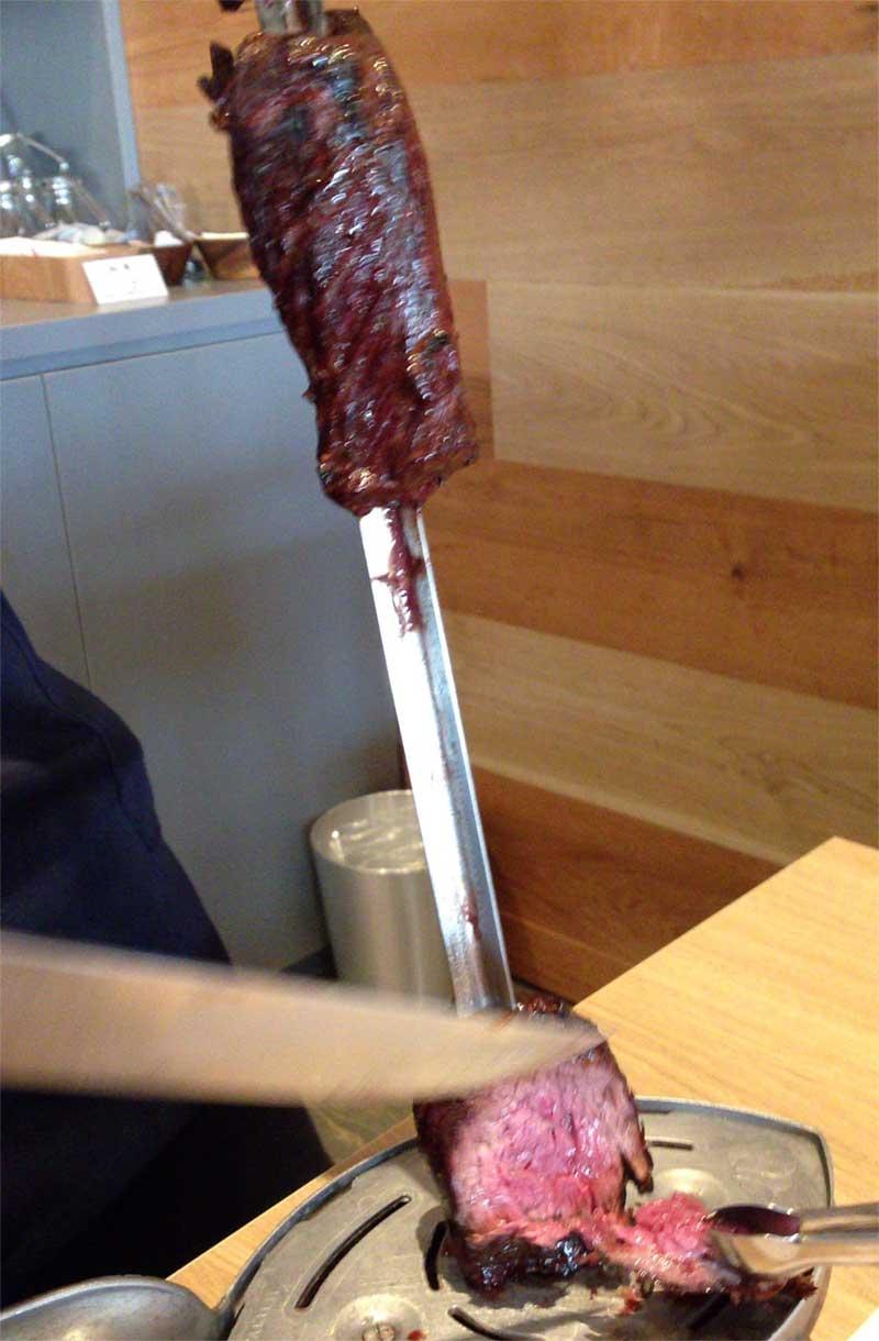 こんな感じで目の前で肉が切り分けられる