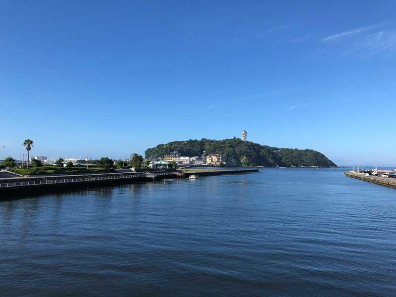 東浜と西浜の真ん中から見た江ノ島