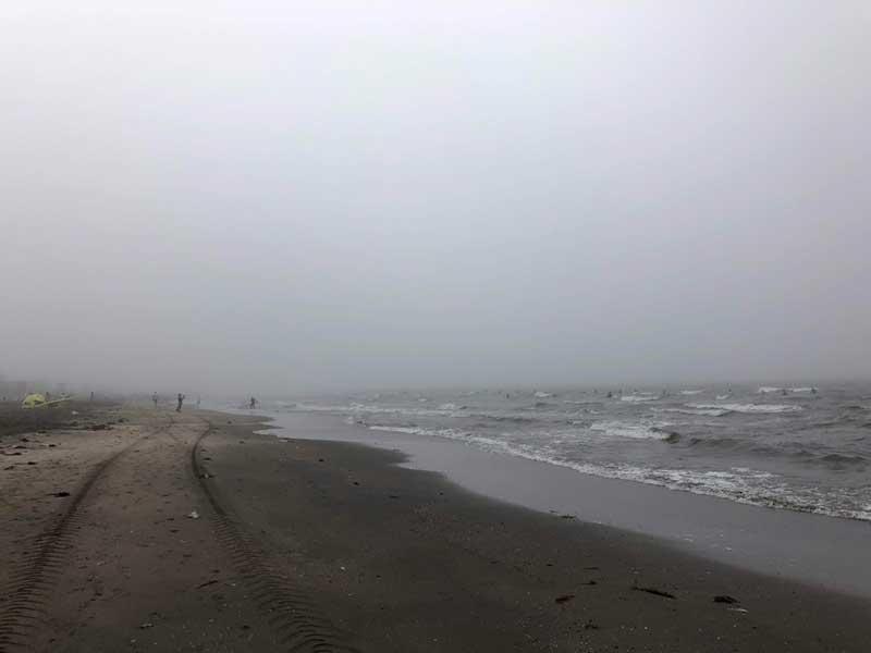 霧で遠くがかすんで見えます