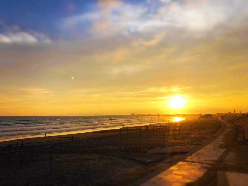 青い海に夕日が落ち