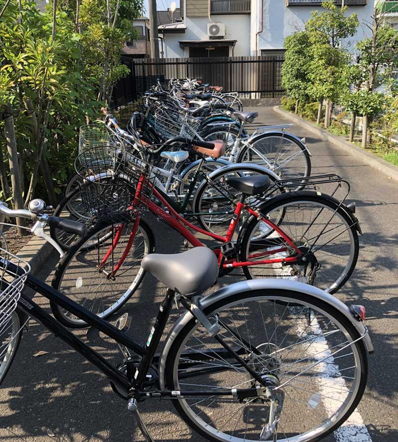 自転車もたくさん停まっている