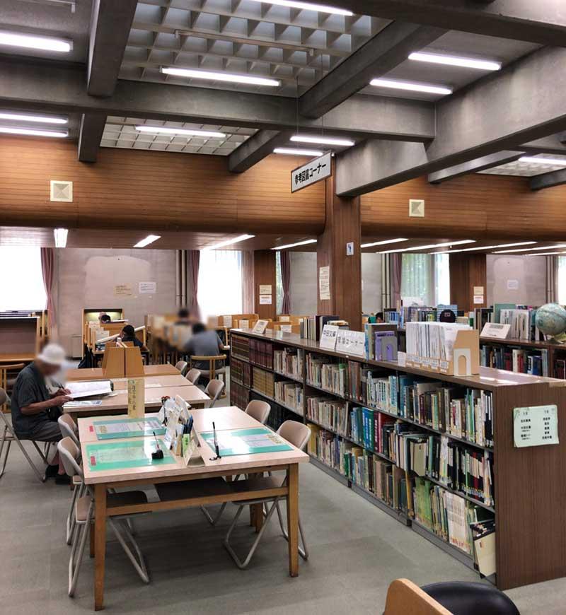 普通の書籍棚の一画に勉強机ゾーンがあります
