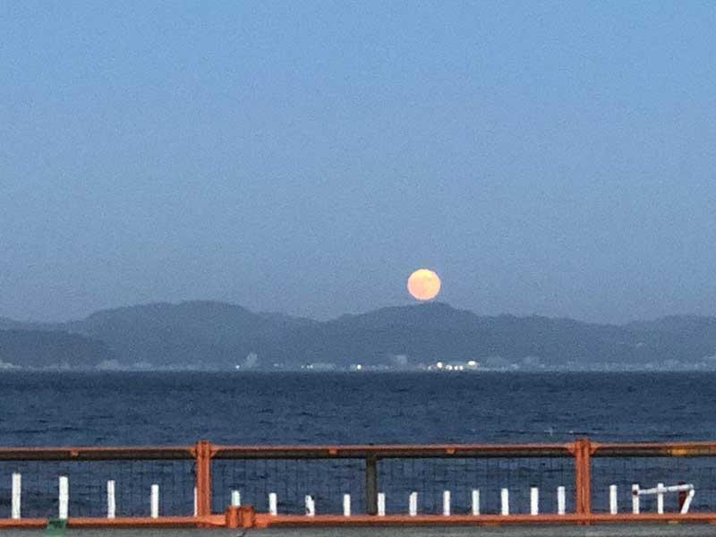 月があんなに大きく見える
