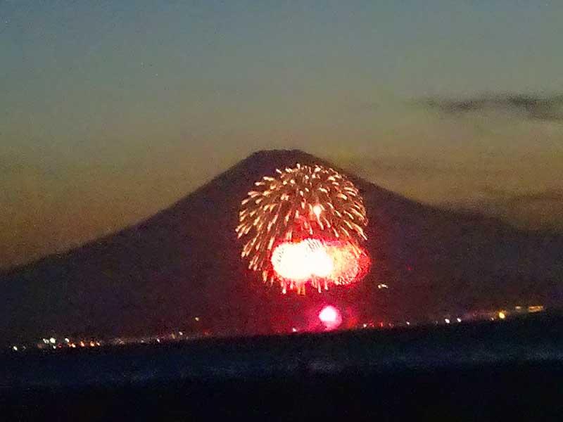 富士をバックにこんなにド派手は花火が!