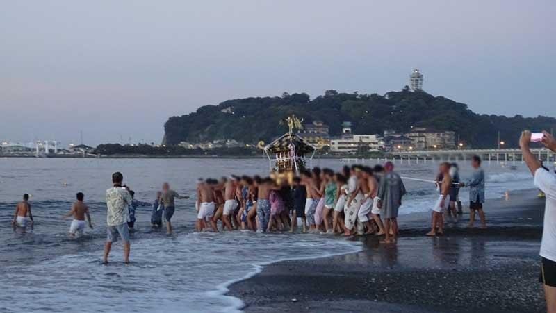 「どっこい!どっこい!」の掛け声とともに海中へ神輿を担ぎ入れる