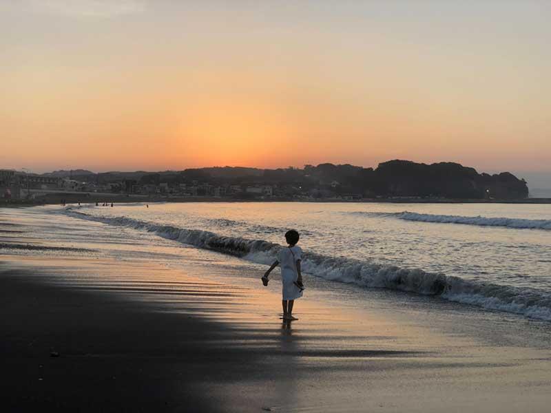 神輿が去った浜が朝日で赤く染まり始めました