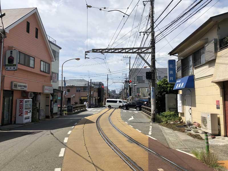 道の真ん中に江ノ電の線路