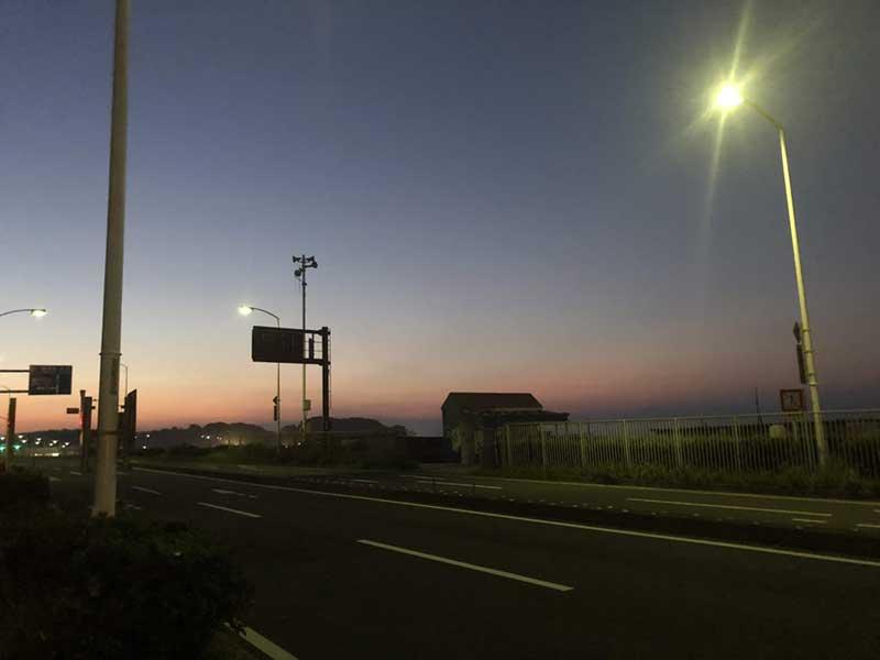 まだ日の出前の134号線の片瀬東浜前
