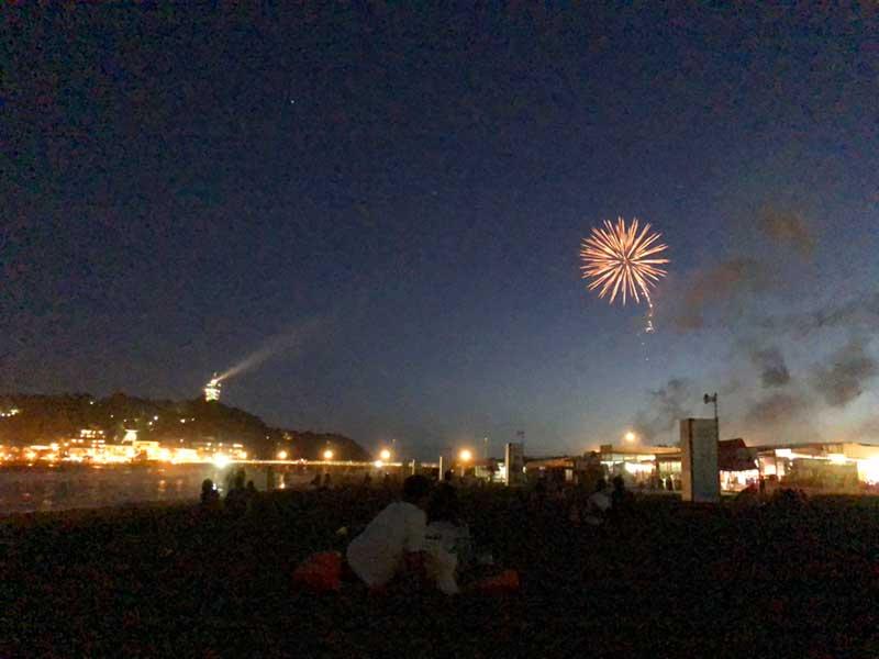 江ノ島タワーのライトアップと花火の組み合わせ