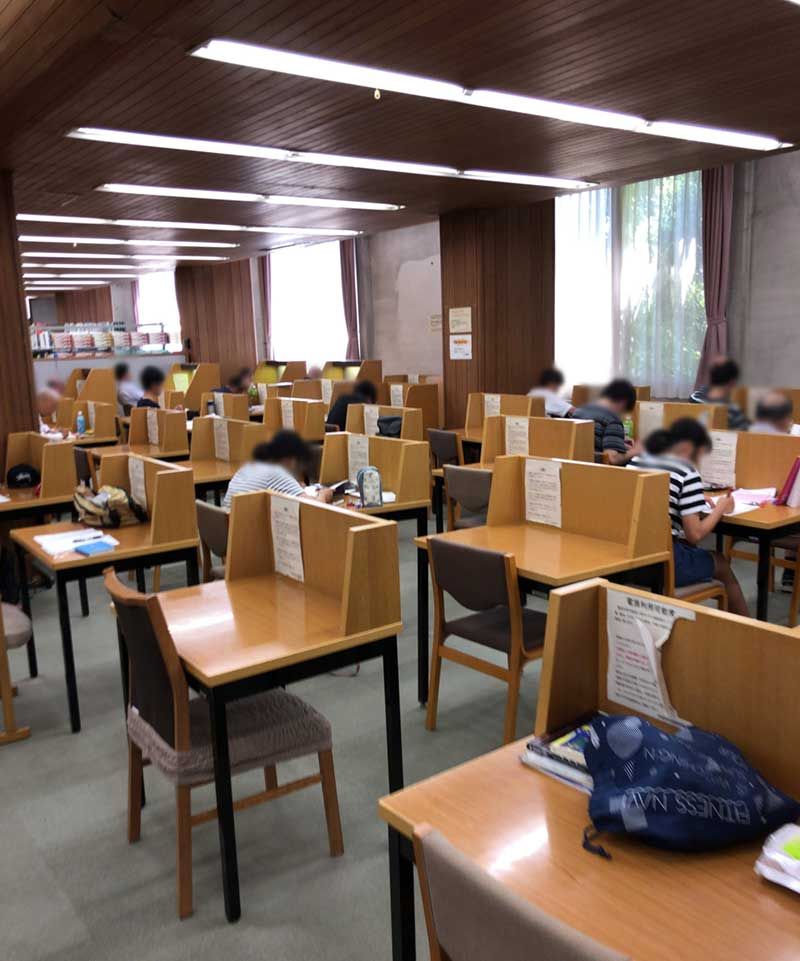 ずらりと並ぶ勉強机